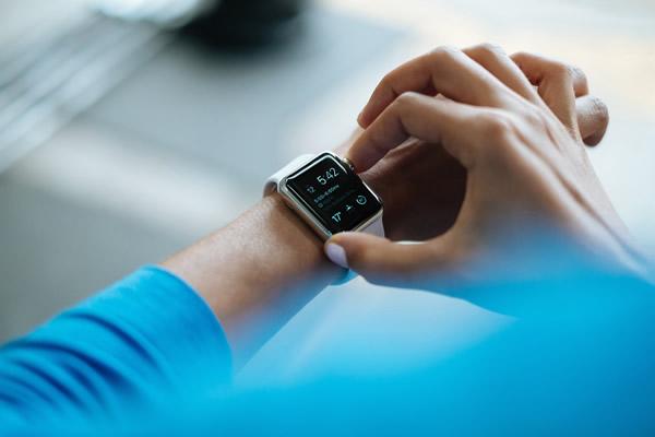 smartwatch-828786_1920 600